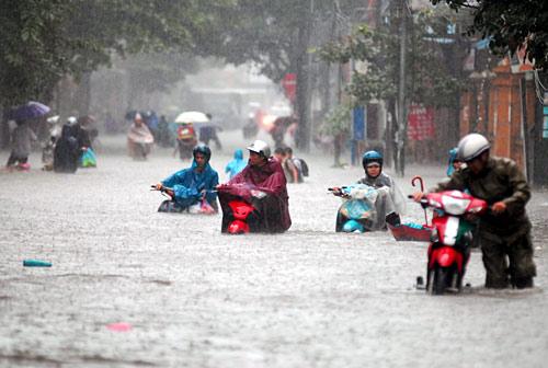 Xe máy, vượt đường ngập, mưa lũ, chết máy, ống xả