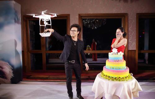 Uông Phong cầu hôn Chương Tử Di trong tiệc sinh nhật nữ diễn viên hồi tháng 2.