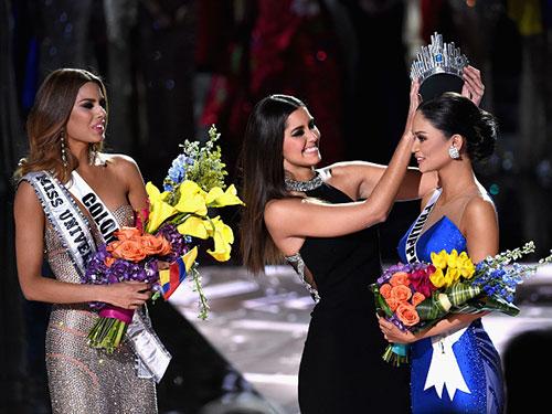 Khoảnh khắc Hoa hậu Colombia bị tước đi vương miện để trao lại cho Hoa hậu Philippines