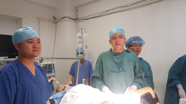 PGS.TS Vũ Bá Quyết (phía tay phải) cùng kíp mổ phẫu thuật thành công ca sa sinh dục hy hữu
