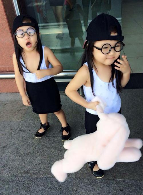 Hai bé luôn được mẹ cho ăn mặc giống hệt nhau nên người ngoài khó phân biệt được đâu là chị, đâu là em. Duyên Anh chia sẻ, các con có tính cách điệu đà giống hệt cô hồi nhỏ.