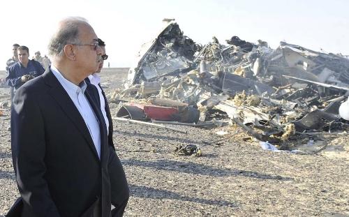 Thủ tướng Ai Cập Sherif Ismail bên cạnh xác máy bay Nga sau khi nó rơi xuống Sina, gần thành phố El Arish miền bắc Ai Cập. Ảnh: Reuters