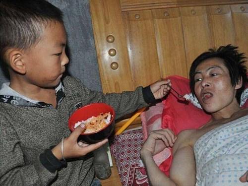 Sau giờ học ở trường, Ou Yanglin tất tả chạy về nhà bón cơm cho cha
