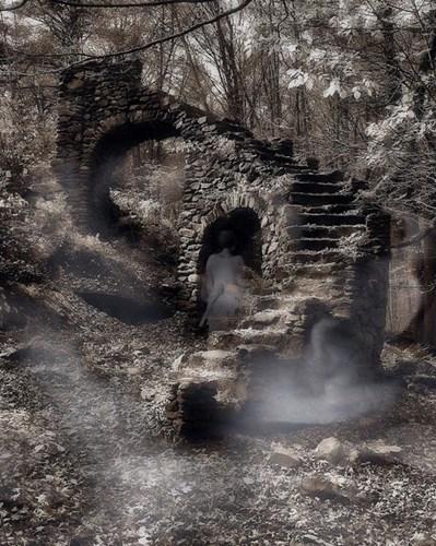 Trong văn hóa của người Sumer, Babylon và Assyria,linh hồn người quá cốđược gọi là gidim hoặc etemmu. Khi qua đời, linh hồn sẽ giữ lại tính cách và những kỷ niệm trong đời của mình và bước sang thế giới khác do nữ hoàng bóng tối Ereshkigal cai trị.