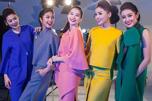 Từ trái sang: Á hậu Tú Anh, Hoa hậu Ngọc Hân, Đặng Thu Thảo, Kỳ Duyên, Á hậu Huyền My tụ hội trong một buổi chụp ảnh thời trang. Họ diện trang phục rực rỡ mang màu sắc Giáng sinh.