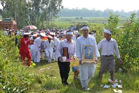 Rất đông người dân đến đưa tiễn anh hùng Hồ Giáo về đất mẹ.