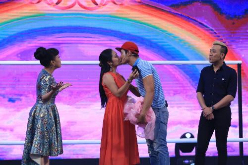 Cát Tường (váy đỏ) và bạn trai hôn nhau trong một chương trình.