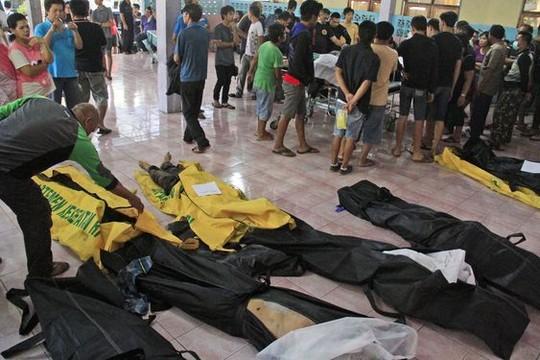 Thi thể các nạn nhân tại bệnh viện chờ xác định danh tính. Ảnh: AP