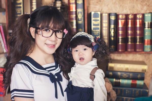 Minh Hà tươi tắn bên cô con gái út