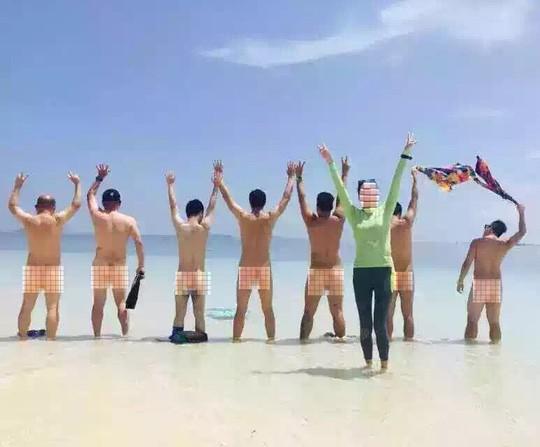Những du khách Trung Quốc khỏa thân trên biển. Ảnh: kinabalu today