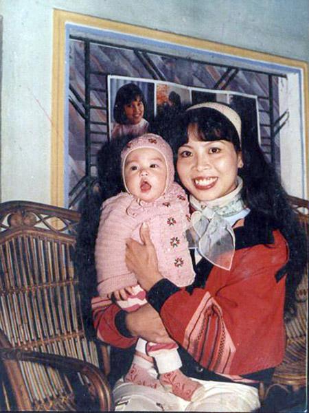 Bà Lê Thu Huệ được biết tới với vai trò biên đạo múa của Nhà hát ca múa nhạc Thăng Long. Hoàng Thùy Linh là cô con gái độc nhất của bà và ông Hoàng Thành Long.