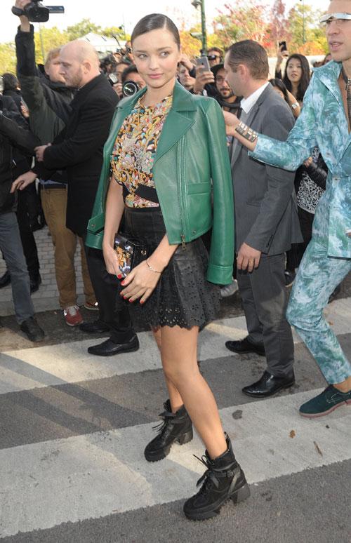Tới xem show Louis Vuitton trong khuôn khổ Tuần lễ thời trang Paris hôm 7/10, Miranda Kerr thu hút hàng chục phóng viên ảnh và người hâm mộ đứng bên đường. Bất ngờ, cựu nhà báo Vitalii Sediuk từ đám đông nhào tới đứng cạnh người đẹp.