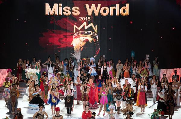 Tuy nhiên, tiết mục múa solo với áo tứ thân và nón quai thao của Lan Khuê đã bị loại khỏi màn trình diễn Dances of The World. Cô đã phải chọn mặc áo dài thay thế đứng khi tham gia màn trình diễn này.