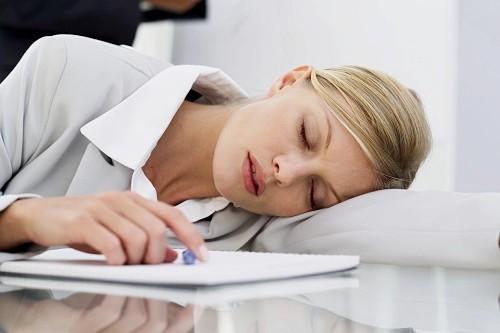 Ngủ gục tại bàn làm việc là lý do khiến bạn bị đau đầu sau khi thức dậy. Ảnh: Wikiblook.