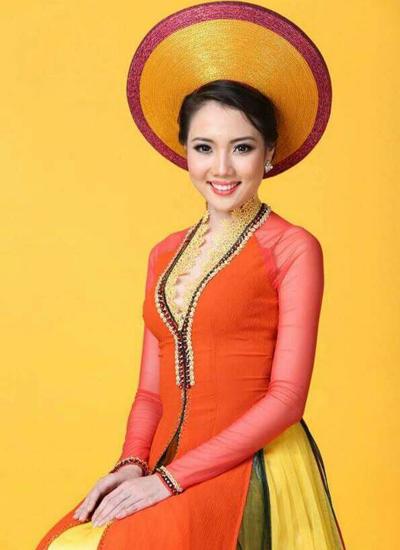 Diệp Hồng Đào sinh năm 1992. Cô từng dự thi Hoa khôi Đồng bằng sông Cửu Long 2012 và đoạt hai giải phụ: Thí sinh mặc Áo dài đẹp nhất, Người đẹp Ảnh. Cùng năm, cô dự thi Hoa hậu Việt Nam và được đánh giá là một trong 10 ứng viên sáng giá cho vương miện Hoa hậu.