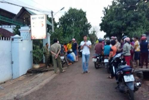 Người dân địa phương tập trung xung quang nhà nghỉ nơi phát hiện ông Trầm tử vong (ảnh CTV)