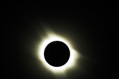 Mặt trời lớn gấp 400 lần so với Mặt trăng, và khoảng cách từ Mặt trời tới Trái đất gấp khoảng 400 lần khoảng cách từ Mặt trăng tới Trái đất. Chính sự trùng hợp ngẫu nhiên này dẫn tới việc Mặt trăng có thể che khít Mặt trời trong những lần nhật thực toàn phần.