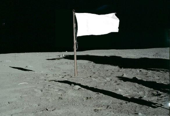 Quốc kỳ của Mỹ cắm trên bề mặt Mặt trăng hiện chuyển sang màu trắng do ảnh hưởng từ bức xạ Mặt trời.