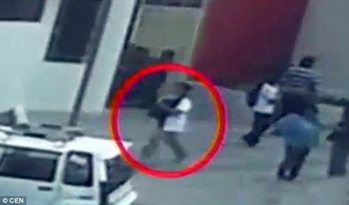 Camera cho thấy người phụ nữ bế đứa trẻ đi ra khỏi bệnh viện.