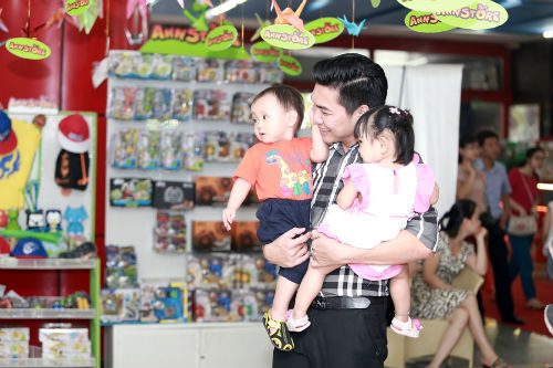 Hai bé Hoàng Nam (tên theo Đạo hồi là Sallim) và Tường Mai (tên theo Đạo hồi là Salina) chào đời đầu năm 2013.