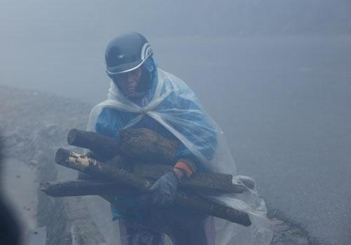 Người vùng núi thu gom củi để đốt lửa chống lại cái rét. Ảnh: Vũ Minh Quân.