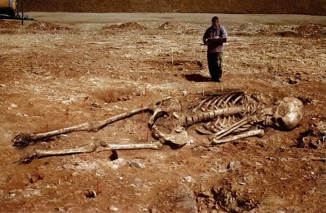 Các nhà khảo cổ học đã tìm thấy một nghĩa trang người ngoài hành tinh kỳ bí nằm trong rừng rậm gần thủ đô Kigali của nước Rwanda, Trung Phi. Nơi đây chôn cất những bộ xương có hình dạng khá giống với con người nhưng kích thước thì lớn hơn rất nhiều, một số bộ phận có điểm sai khác.