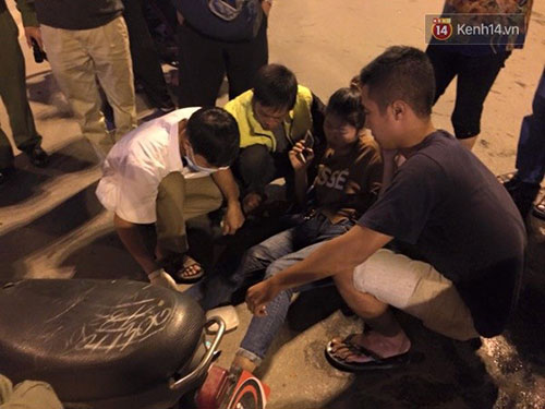 Bác sĩ và người dân giúp đỡ sơ cứu cho nạn nhân.