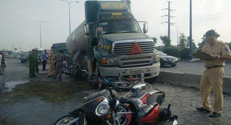 Chiếc xe bồn bất ngờ mất lái, lao qua dải phân cách, lấn vào làn đường dành cho xe máy - Ảnh: Công Nguyên