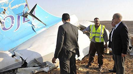 Thủ tướng Ai Cập Sherif Ismail thị sát hiện trường tai nạn máy bay Airbus A321 của hãng hàng không Nga. Ảnh: Reuters