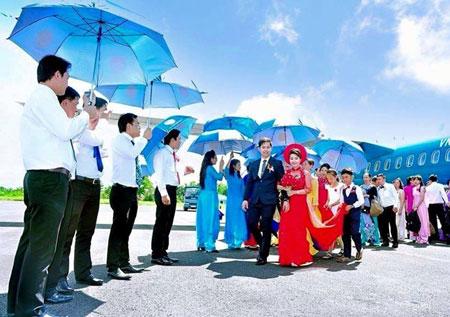 Màn rước dâu tại sân bay của cặp đôi. Ảnh: NVCC.