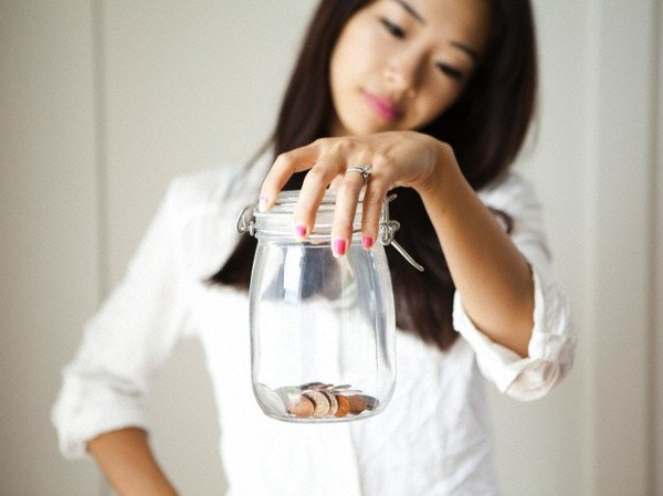 Mỗi ngày, sau khi về nhà, hãy bỏ toàn bộ số tiền lẻ trong ví vào trong ống tiết kiệm.