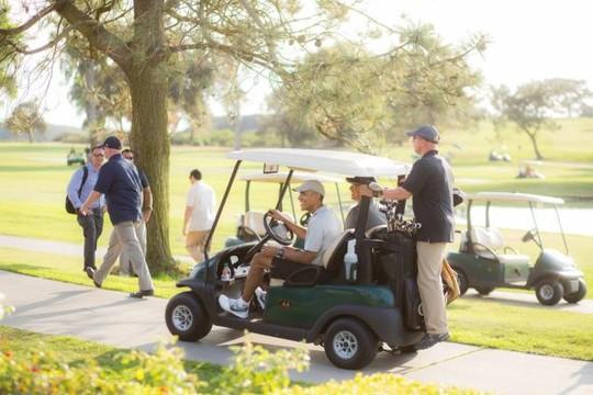 Hai nhiếp ảnh gia nhanh chóng phát hiện Tổng thống Obama ở sân golf. Ảnh: THE YOUNGRENS