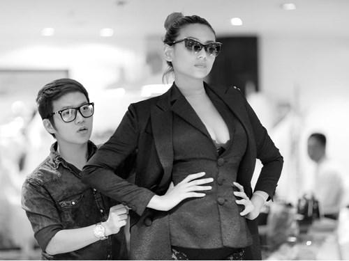 Võ Hoàng Yến thử đồ ở showroom của Chung Thanh Phong vào sáng 29.9 - Ảnh: Tee Lee
