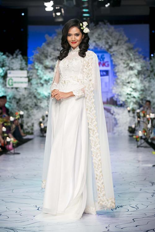 Sắc trắng tinh khôi là gam màu không thể thiếu trong các bộ sưu tập áo dài cưới.