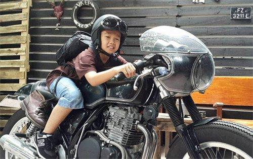 Cậu con trai cả bị ảnh hưởng bởi sở thích lái mô tô của bố.
