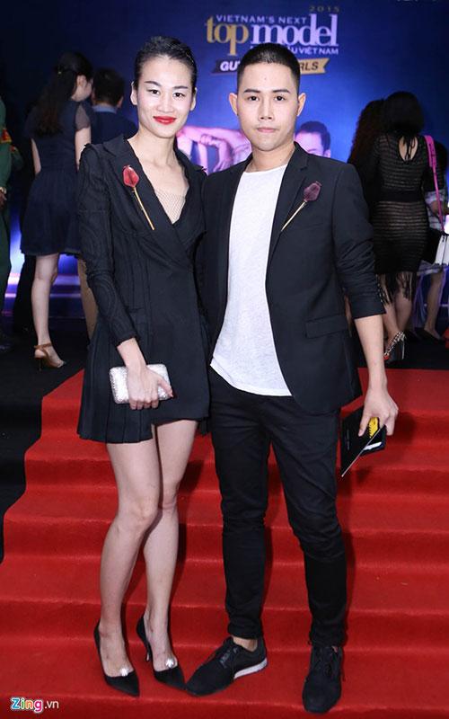 Biên tập viên thời trang Thanh Trúc đồng hành cùng nhà thiết kế Lâm Gia Khang trên thảm đỏ.