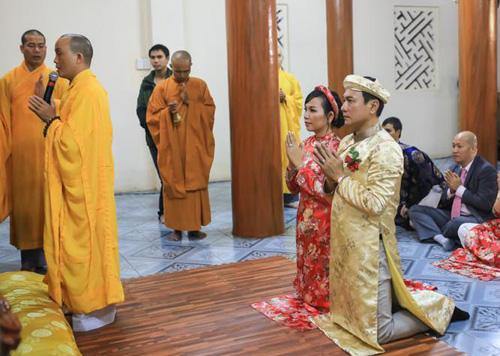 Họ cũng lên chùa để làm lễ hằng thuận.