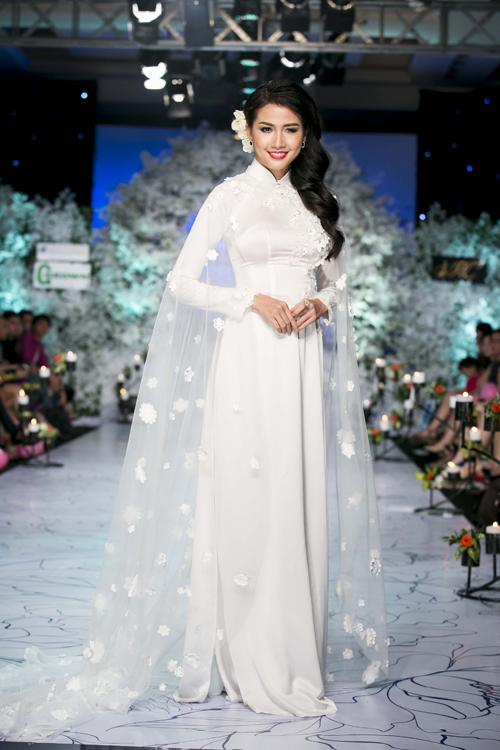 Cách đính kết hoa ren và pha lê tiệp màu cùng trang phục đang được ưa chuộng cũng được áp dụng cho các sản phẩm thuộc dòng thời trang cưới.