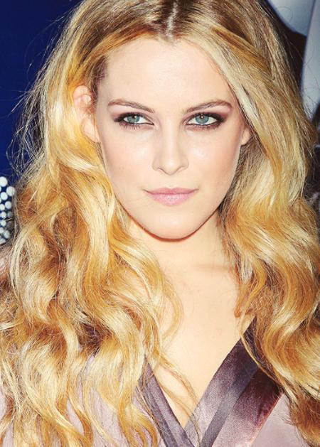 Nữ diễn viên xinh đẹp Riley Keough chính là cô con gái mà Lisa Marie Presley đã có với người chồng đầu tiên, Danny Keough.