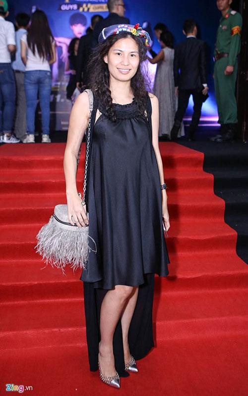 Nhà thiết kế Thủy Nguyễn chọn những phụ kiện lạ mắt để tạo điểm nhấn cho trang phục. Trước đó, chị cũng đảm nhận vị trí giám khảo vòng sơ tuyển Vietnams Next Top Model 2015.