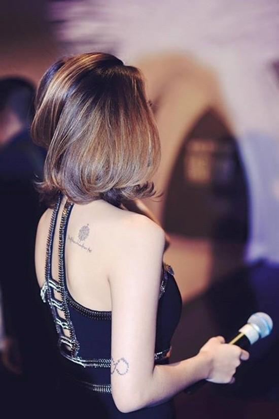 Nữ MC sở hữu nhiều hình xăm lớn ở lưng.