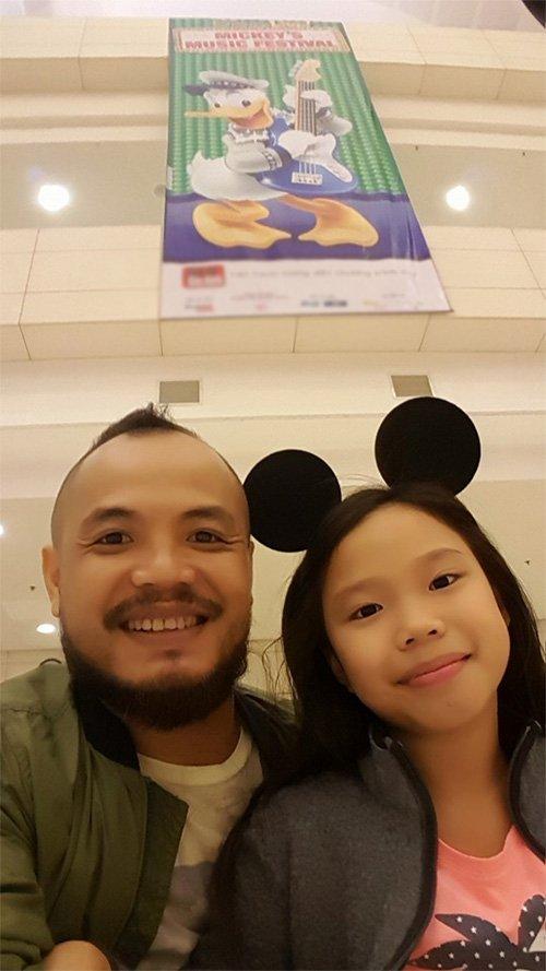 Cô công chúa nhỏ Minh Tú lại được bố Trần Lập cưng chiều hết cỡ. Khi biết con gái thích phim hoạt hình và thần tượng chuột Mickey,nam nhạc sỹ đã dành thời gian đưacon đi xem đại nhạc hội của bộ phim nổi tiếng này.