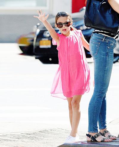 Tờ Hollywoodlife đưa thông tin cho rằng một năm qua Tom Cruise không hề gặp con gái và Katie Holmes đang muốn xin tăng tiền trợ cấp nuôi con vì con số 400.000 USD một năm là không đủ.