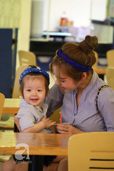 Cô bé cười hớn hở bên Elly Trần