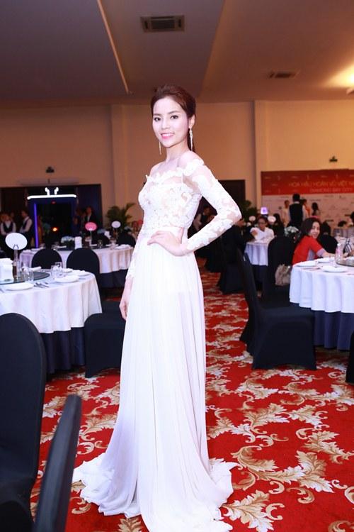 HH Kỳ Duyên vai trần gợi cảm dự tiệc tại Nha Trang - 5