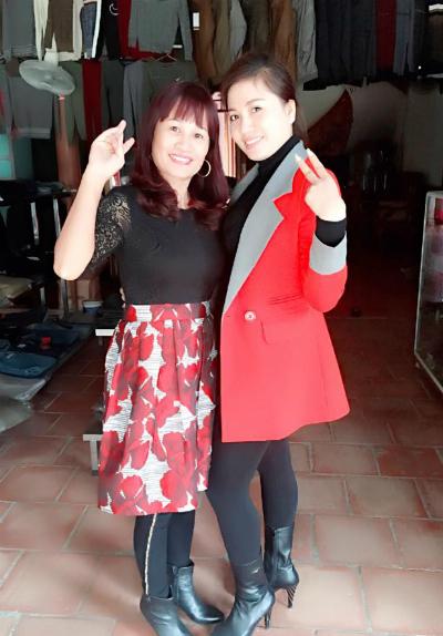 Chị Dần (trái) chụp ảnh với người hâm mộ khiđi chợ.