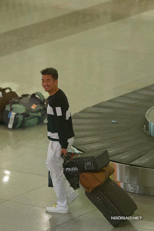 Ông hoàng nhạc Việt hạnh phúc vì chuyến bay về trễ mất một tiếng, cộng thêm 30 phút làm thủ tục hải quan nhưng đông đảo người hâm mộ vẫn kiên nhẫn đứng đợi.