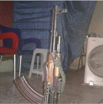 Khẩu súng AK mà Bilal đăng lên Facebook. Ảnh: Facebook