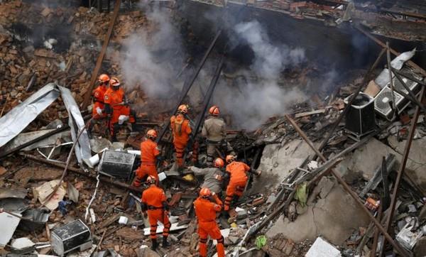Lực lượng chức năng đang nỗ lực khống chế ngọn lửa và tìm kiếm những người bị nạn.