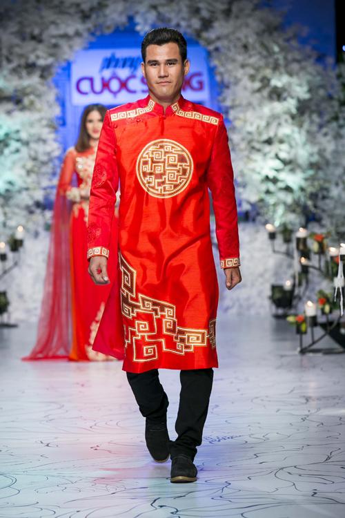 Lần đầu tiên, tuyển thủPhan Thanh Bình đảm nhận vai trò người mẫu trong một chương trình thời trang.